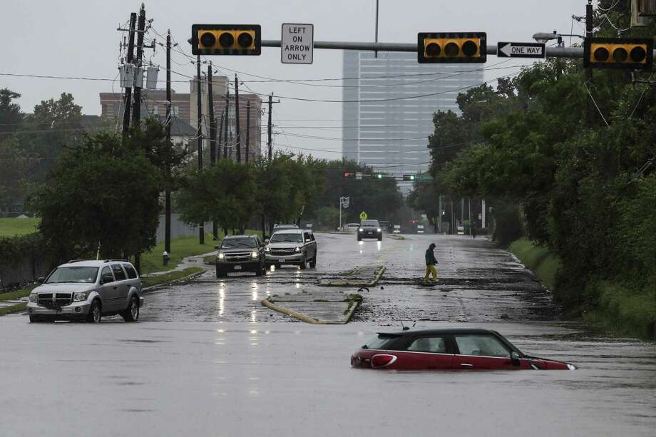 A car sits stranded in high water at Studemont Drive and Allen Parkway as Buffalo Bayou overflows its banks as Tropical Storm Harvey continued to dump rain across the region Tuesday in Houston. Photo: Michael Ciaglo /Houston Chronicle / Michael Ciaglo