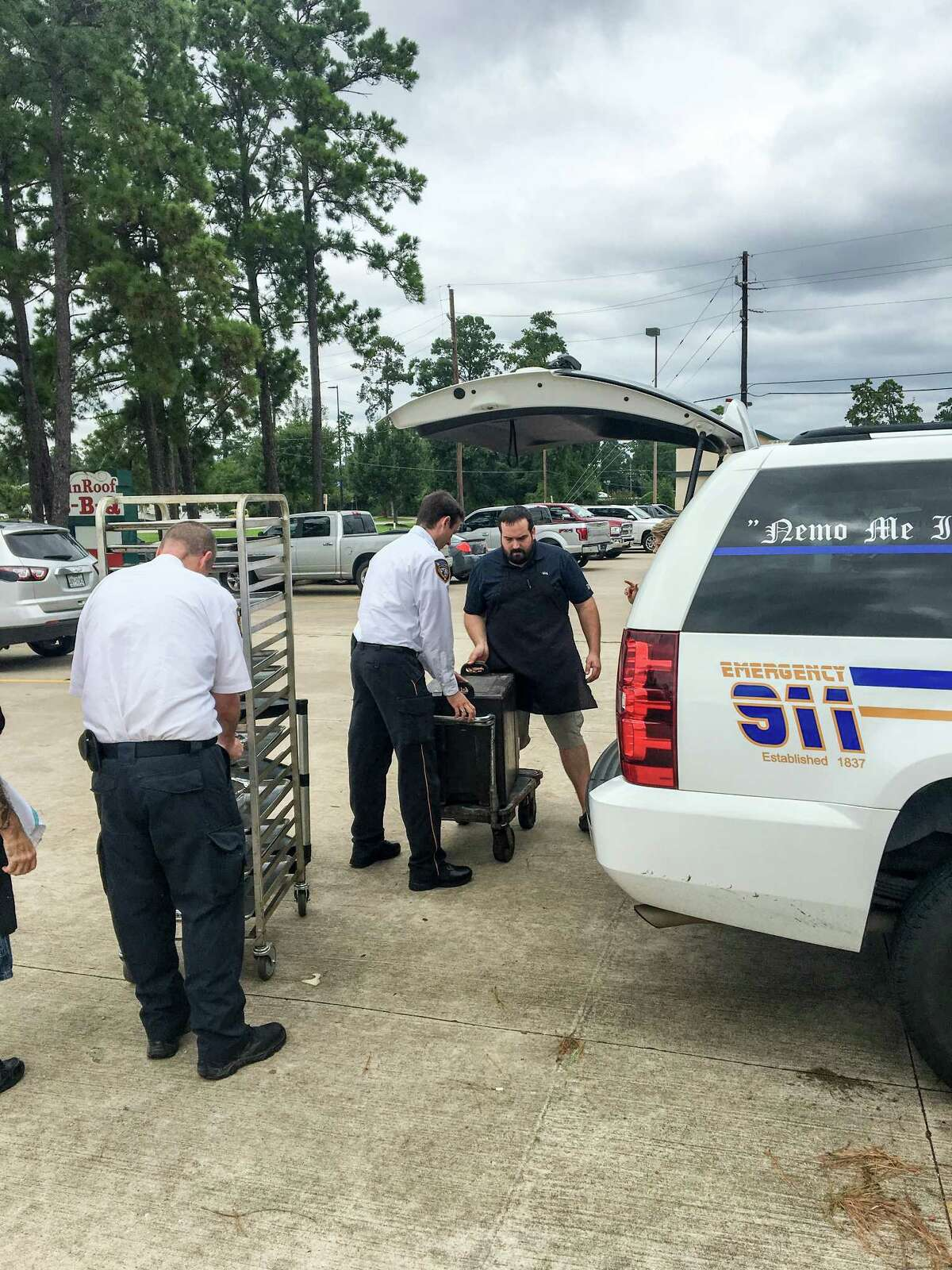 Harris County sheriffs pick up barbecue from Tin Roof BBQ after Hurricane Harvey
