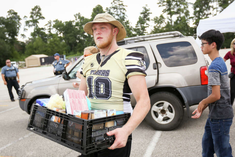 Conroe High School senior Travis Null unloads donations from a car during the Conroe ISD food drive for the Montgomery County Food Bank on Friday, Sept. 1, 2017, at Moorhead Stadium in Conroe. Photo: Michael Minasi, Staff Photographer / © 2017 Houston Chronicle