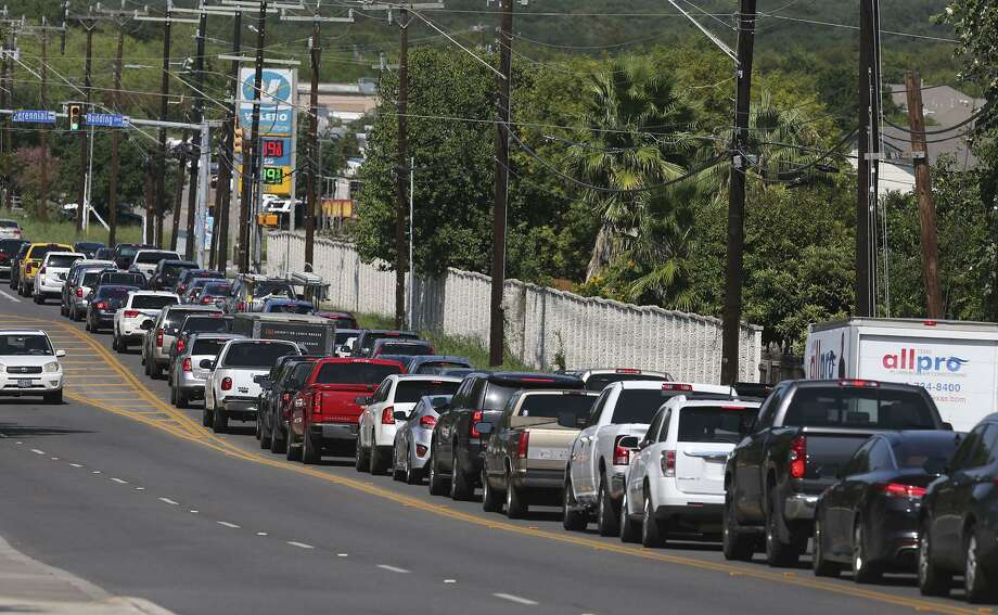 Cars line up for gas at a Valero station in San Antonio on August 31, 2017. Photo: John Davenport /San Antonio Express-News / ©John Davenport/San Antonio Express-News