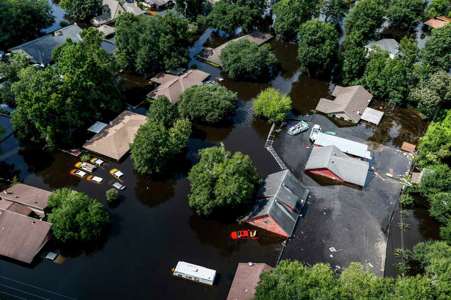 Harvey's floodwaters envelop houses in Vidor. Photo: Brett Coomer, Staff / © 2017 Houston Chronicle