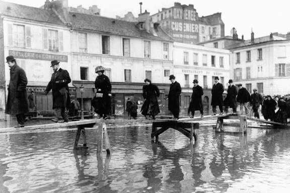 Grande crue de 1910 Passerelle improvisée rue de Passy lors des inondation à Paris, France en 1910. (Photo by Keystone-France\Gamma-Rapho via Getty Images)
