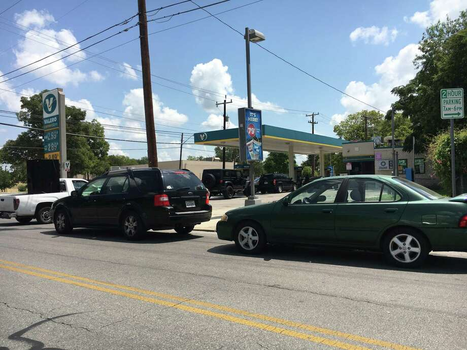A gas shortage in San Antonio has led to long lines at gas stations across the city, with many running out of fuel altogether. Photo: Rye Druzin /San Antonio Express-News /