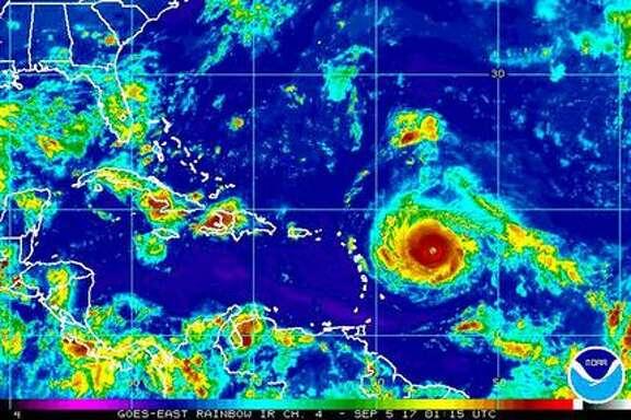 Esta imagen satelital del lunes 4 de septiembre de 2017, provista por la Oficina Nacional de Administración Océanica y Atmosférica de Estados Unidos (NOAA por sus siglas en inglés) muestra al huracán Irma que se dirige hacia el este del Caribe. (NOAA vía AP)