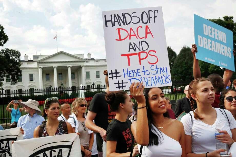 Una manifestación frente a la Casa Blanca en Washington contra la decisión de descontinuar el programa que protegía a inmigrantes que vinieron a Estados Unidos sin autorización traídos por sus padres cuando eran niños, el 5 de septiembre del 2017. Photo: Jacquelyn Martin, AP / Copyright 2017 The Associated Press. All rights reserved.