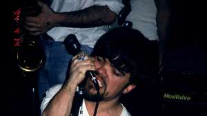 Peter Dinklage performs singing with Whizzy at Columbia University, New York, New York, July 1, 1994. (Photo by Steve Eichner/Getty Images)