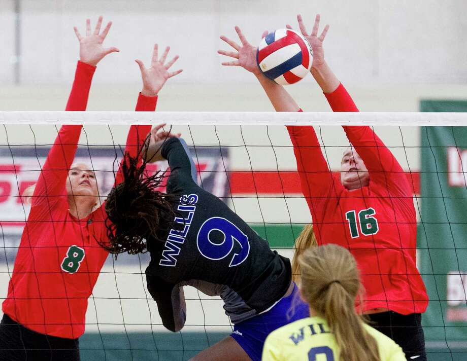 The Woodlands blockers  AJ Koele (16) and Sophie Walls (8) go up to block a shot by Willis' De'Janae Gilmore (9) in the first set of a non-district high school volleyball game at The Woodlands High School, Friday, Aug. 18, 2017, in The Woodlands. The Woodlands defeated Willis in straight sets. Photo: Jason Fochtman, Staff Photographer / © 2017 Houston Chronicle