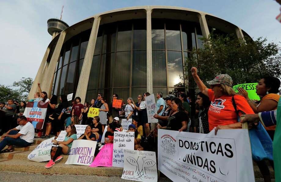 A rally in response to President Trump's decision on DACA at the Federal courthouse garners nearly 200 people opposed to his decision on Tuesday, Sept. 5, 2017. Photo: Kin Man Hui, San Antonio Express-News / ©2017 San Antonio Express-News