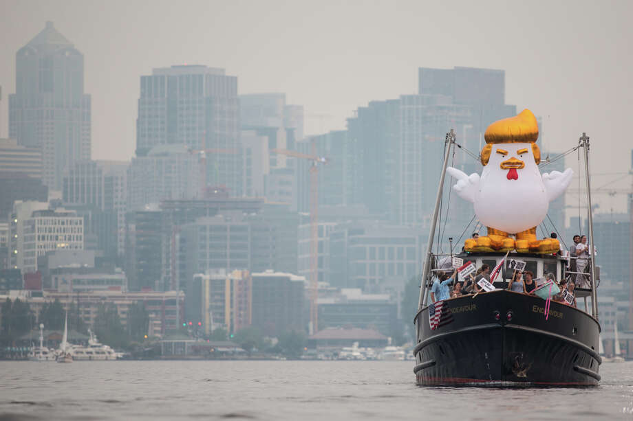 An inflatable Trump chicken aboard a boat approaches Robert Mercer's yacht on Lake Union in Seattle on Tuesday, Sept. 5, 2017. Photo: GRANT HINDSLEY, SEATTLEPI.COM / SEATTLEPI.COM