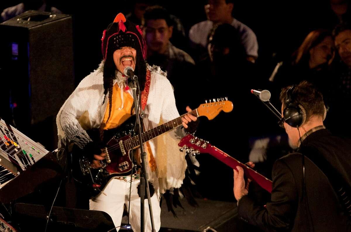 El vocalista de la banda de rock mexicana Caf� Tacvba Rub�n Albarr�n, ziquierda, y el guitarrista Jos� Alfredo