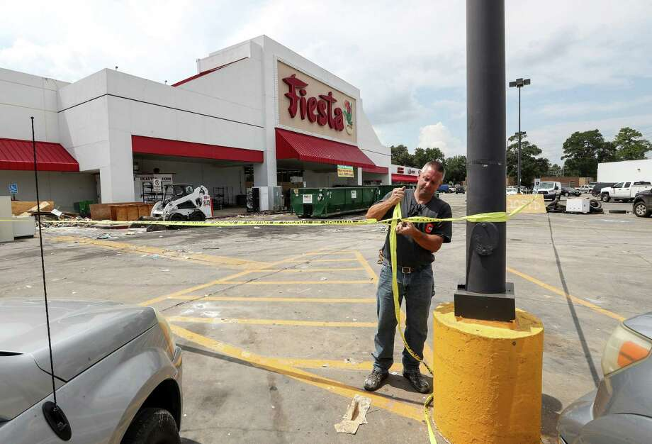 Barry Mentze, a contractor, works at a Fiesta grocery store that flooded, at the corner of Mesa Drive and Tidwell Road, Tuesday, Sept. 5, 2017, in Houston. ( Jon Shapley  / Houston Chronicle ) Photo: Jon Shapley, Staff / © 2017 Houston Chronicle
