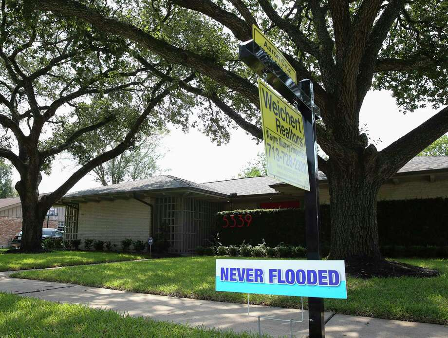 """A """"Never Flooded"""" sign on the lawn of a house that did not take on water in Meyerland after Tropical Storm Harvey flooded this area Wednesday, Sept. 6, 2017, in Houston. ( Yi-Chin Lee / Houston Chronicle ) Photo: Yi-Chin Lee, Staff / © 2017  Houston Chronicle"""