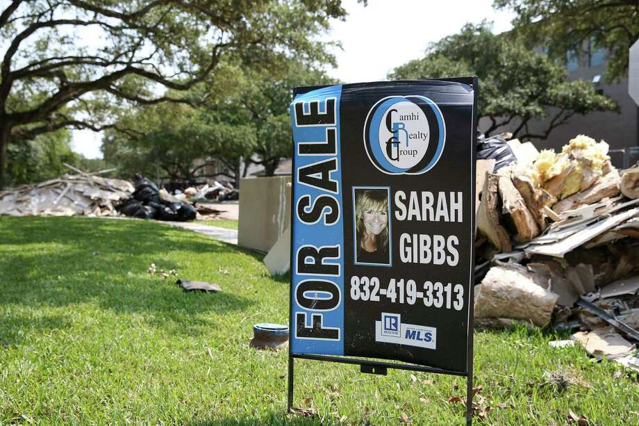 """A """"For Sale"""" sign is up at the corner of Glenmeadow and Braesheather Drives in Meyerland Wednesday, Sept. 6, 2017, in Houston. ( Yi-Chin Lee / Houston Chronicle ) Photo: Yi-Chin Lee, Staff / © 2017  Houston Chronicle"""