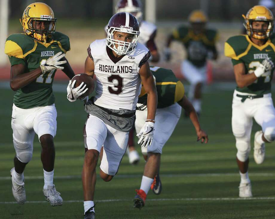 The Owls' Dre'Chan Moody returns a kickoff in the first quarter for a touhdown as Holmes hosts Highlands at Gustafson Stadium on September 7, 2017. Photo: Tom Reel, Staff / San Antonio Express-News / 2017 SAN ANTONIO EXPRESS-NEWS