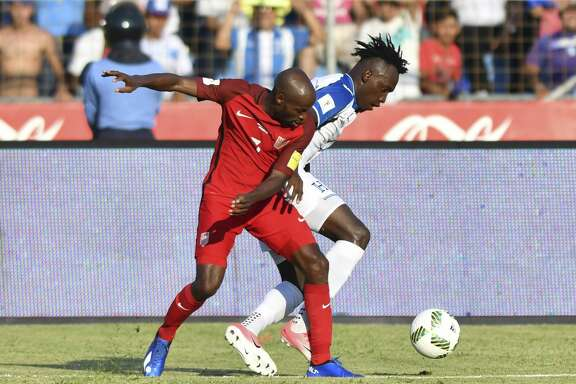 USA's DaMarcus Beasley (L) and Honduras' Alberth Elis vie for the ball during their 2018 World Cup qualifier football match in San Pedro Sula, Honduras, on September 5, 2017. / AFP PHOTO / Johan ORDONEZ        (Photo credit should read JOHAN ORDONEZ/AFP/Getty Images)