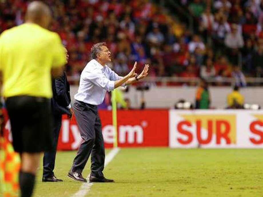 El colombiano Juan Carlos Osorio da instrucciones durante un partido de la selección mexicana de fútbol. (Archivo) Photo: Moises Castillo