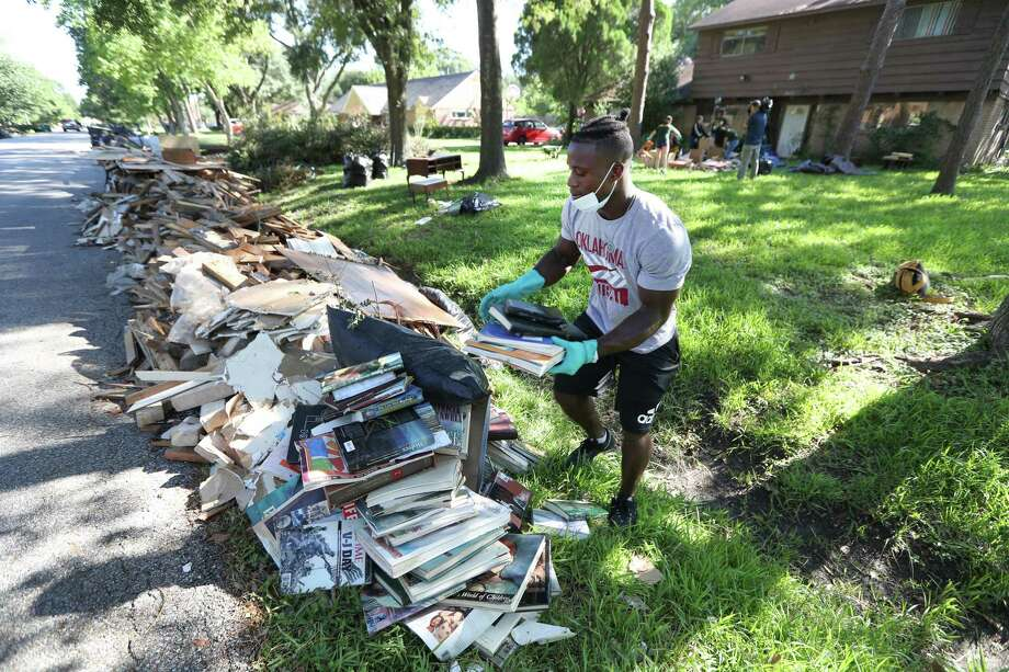 Sharpstown High School student Michael Morris aids in clean-up efforts Thursday, Sept. 7, 2017, in Houston. Photo: Steve Gonzales, Staff / © 2017 Houston Chronicle