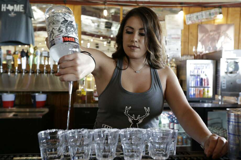 San Antonio bartenders poured more than $200 million in beer, wine and cocktails during the first four months of 2018, records show. Photo: Edward A. Ornelas /San Antonio Express-News / © 2017 San Antonio Express-News