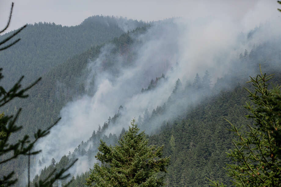 The western edge of the Norse Peak Fire rises smokes with stronger wind on Friday, Sept. 8, 2017. Photo: GRANT HINDSLEY, SEATTLEPI.COM / SEATTLEPI.COM