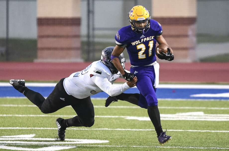 Manny Rodriguez rushed 12 times for 105 yards Thursday in LBJ's 28-10 loss at Lockhart. Photo: Danny Zaragoza /Laredo Morning Times File