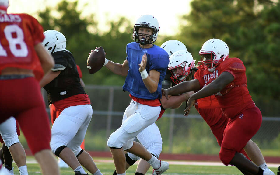 Huffman sophomore quarterback Justin Shively, center, looks for a receiver against the  Crosby defense during their scrimmage at Cougar Stadium in Crosby on August 18, 2017. (Photo by Jerry Baker) Photo: Jerry Baker, Freelance / Freelance