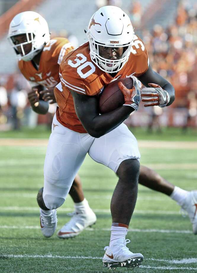 Longhorn running bck Toneil Carter takes the hand off from Jerrod Heard for a touchdown in the fourth quarter as Texas hosts San Jose State at DKR Stadium on September 9, 2017. Photo: Tom Reel, Staff / San Antonio Express-News / 2017 SAN ANTONIO EXPRESS-NEWS