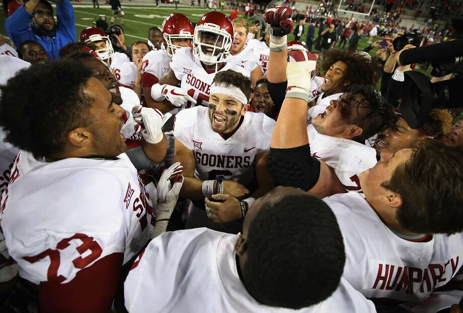 Baker Mayfield (center) celebrates with his Oklahoma teammates after defeating Ohio State Buckeyes 31-16. Photo: Gregory Shamus, Getty Images