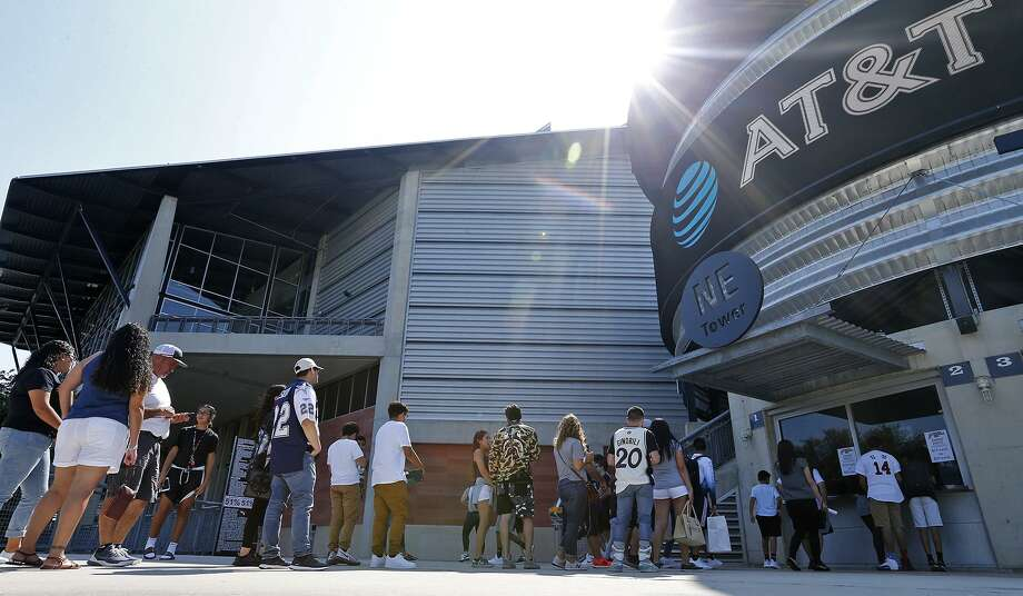 People buy tickets to enter the Spurs Sneaker Jam held Sunday Sept. 10, 2017 at the AT&T Center. Photo: Edward A. Ornelas, Staff / San Antonio Express-News / © 2017 San Antonio Express-News