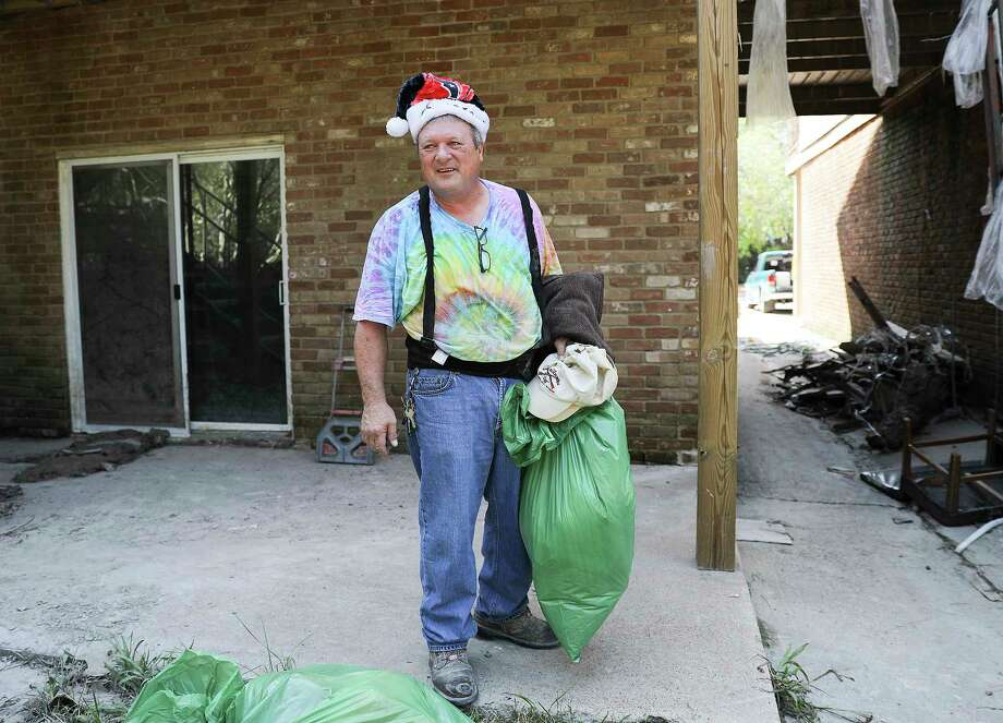 Brent Henderson, 59, carries a few more items from of his family's townhouse in the Forest Cove neighborhood just north of Humble, Texas, on Saturday, Sept. 9, 2017. Photo: Elizabeth Conley, Houston Chronicle / © 2017 Houston Chronicle