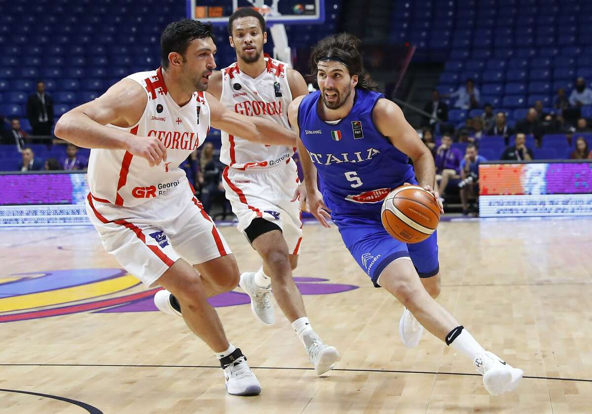 Italy's Ariel Filloy (R) vies with Georgia's Zaza Pachulia (L) during the FIBA EuroBasket 2017 championship match between Georgia and Italy at Menora Mivtachim Arena in Tel Aviv, Israel, on September 06, 2017. / AFP PHOTO / JACK GUEZJACK GUEZ/AFP/Getty Images