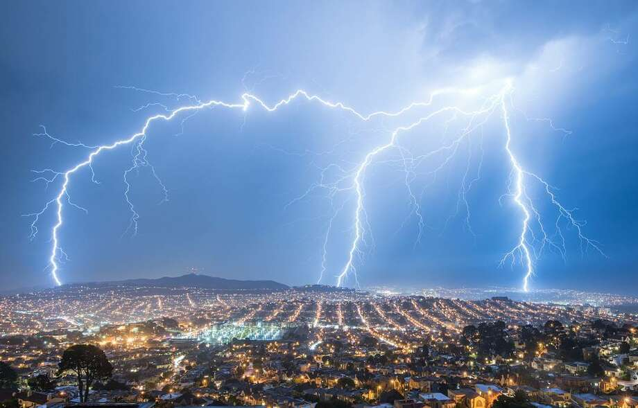 Hardik Desai (@eachplacearhaposdy) photographed the lightning storm from their balcony in San Francisco. Photo: Instagram / Eachplacearhaposdy