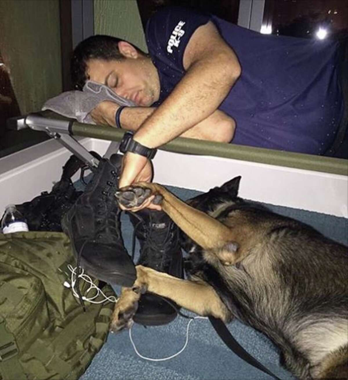 KTVU anchor Frank Somerville shares a heartwarming image by the Fort Lauderdale Police Department during Hurricane Irma.