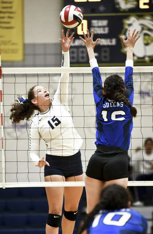 Briana Uribe and Alexander beat South San 3-0 Friday to remain perfect in District 29-6A. Photo: Danny Zaragoza /Laredo Morning Times / Laredo Morning Times