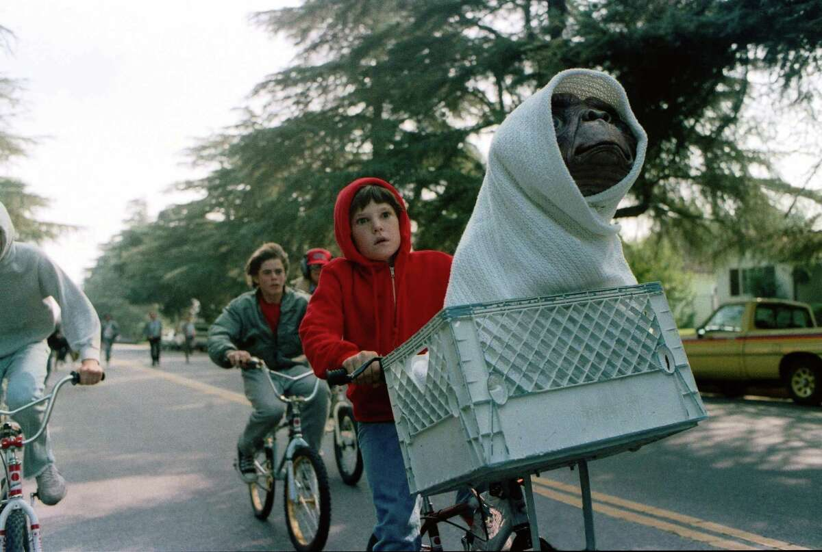 E.T.: The Extra-Terrestrial (1982) Leaving Netflix Jan. 1 A troubled child summons the courage to help a friendly alien escape Earth and return to his home world.