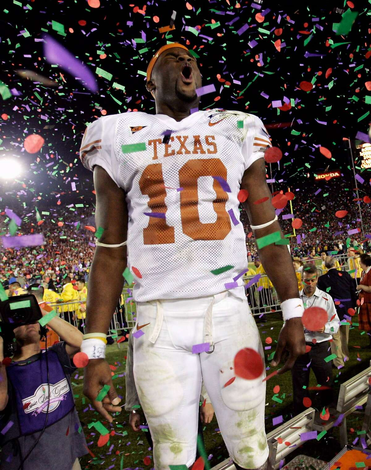 Texas Longhorns quarterback Vince Young celebrates his teams 41-38 victory over the USC Trojans for the national championship at the 92nd Rose Bowl game in Pasadena, California January 4, 2006. REUTERS/Mike Blake