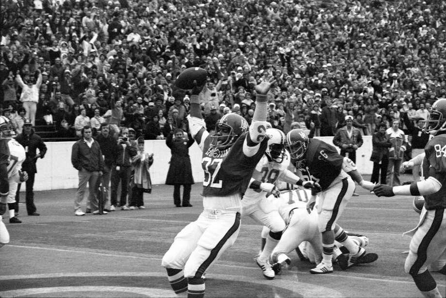 UH's Alois Blackwell (32) had lots to celebrate in the 1976 game. Photo: Curtis McGee, HC Staff / Houston Chronicle