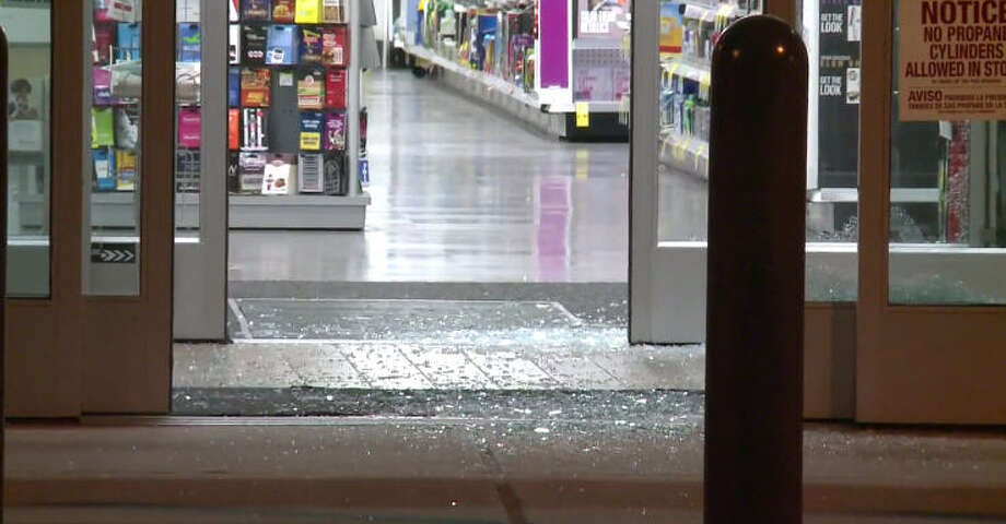Burglars targeted a Walgreens in the River Oaks area overnight. Photo: Metro Video