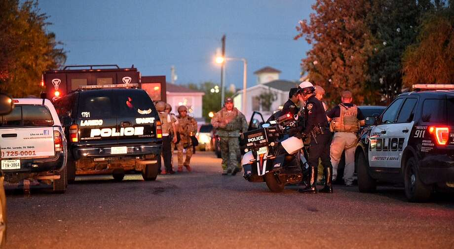 Members of LPD's SWAT team and bomb squad responded to a standoff Thursday evening in south Laredo. Photo: Danny Zaragoza, Laredo Morning Times