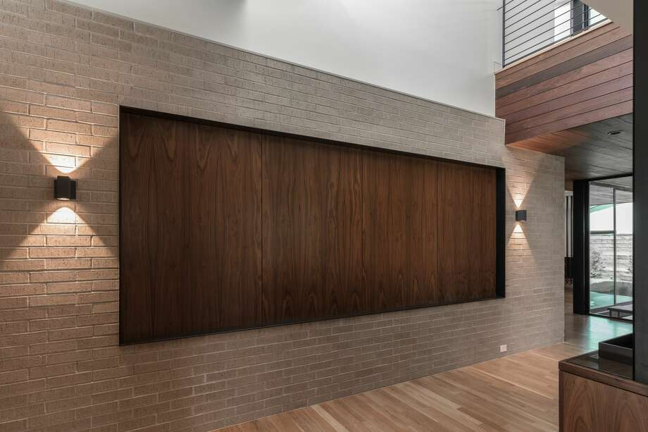 studioMET:Screens and planes, plus floor and ceiling changes define spaces in this open floor plan. Photo: Jamie Leasure