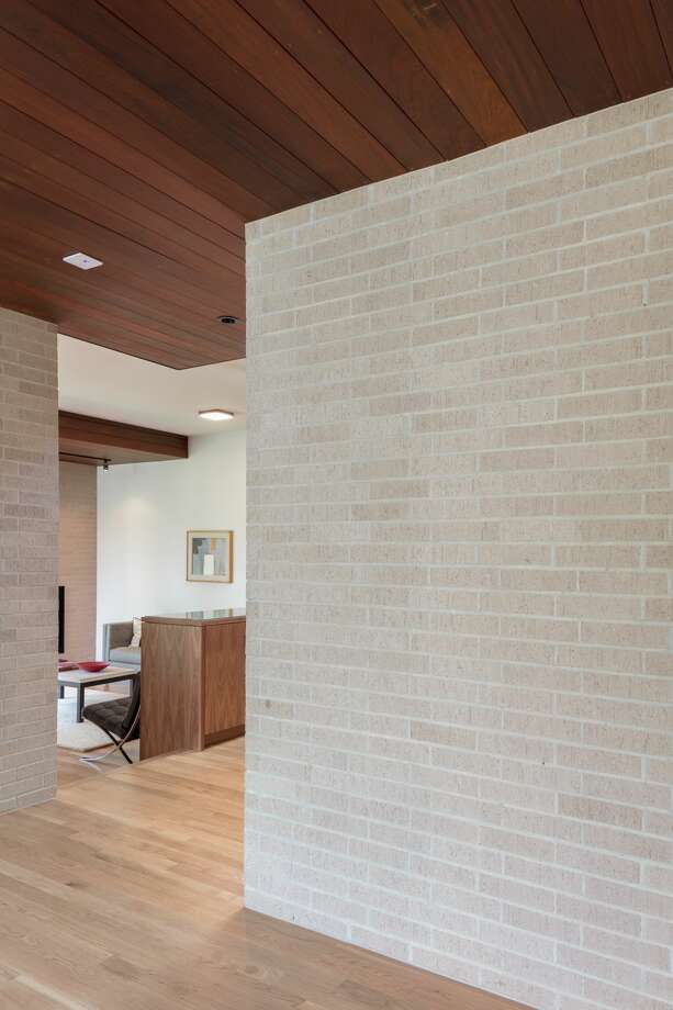 studioMET:Geometric forms and horizontal lines are part of the home's architecture. Photo: Jamie Leasure
