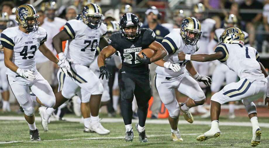 Knight running back Brnden Brady sprints away from tacklers in an open field as Steele hosts O'Connor at Lehnhoff Stadium on September 15, 2017. Photo: Tom Reel, San Antonio Express-News / 2017 SAN ANTONIO EXPRESS-NEWS