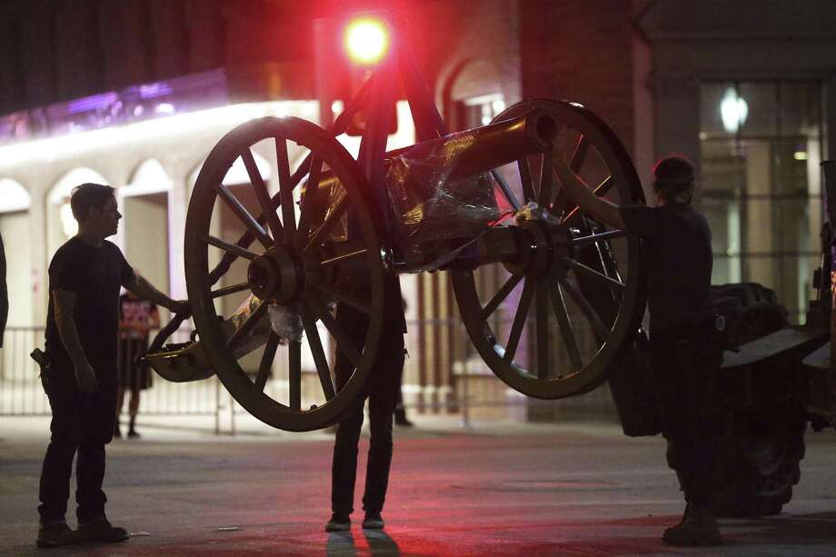 Cannons are removed prior to work on the Confederate statue in Travis Park on August 31, 2017. Photo: Tom Reel, Staff / San Antonio Express-News / 2017 SAN ANTONIO EXPRESS-NEWS