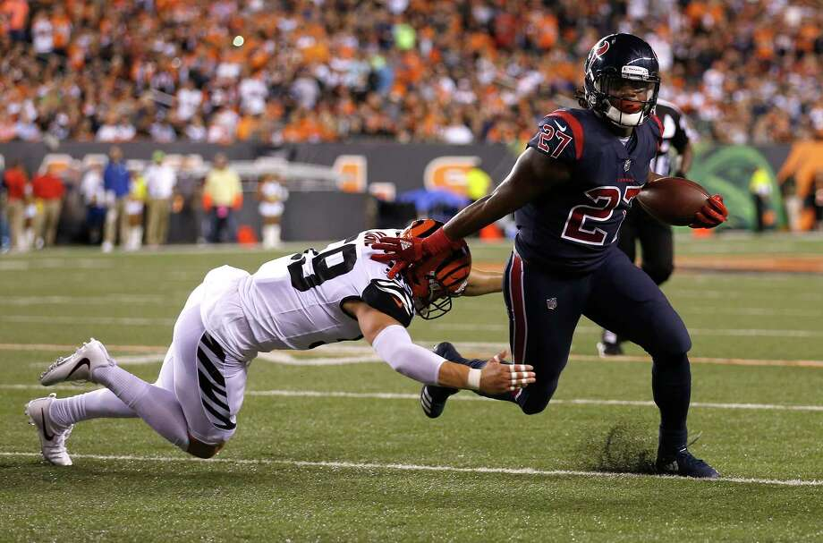 Texans running back D'Onta Foreman, right, shakes a tackle by Bengals outside linebacker Nick Vigil while picking up a few of his 40 rushing yards during Thursday's victory in Cincinnati. Photo: Brett Coomer, Staff / © 2017 Houston Chronicle