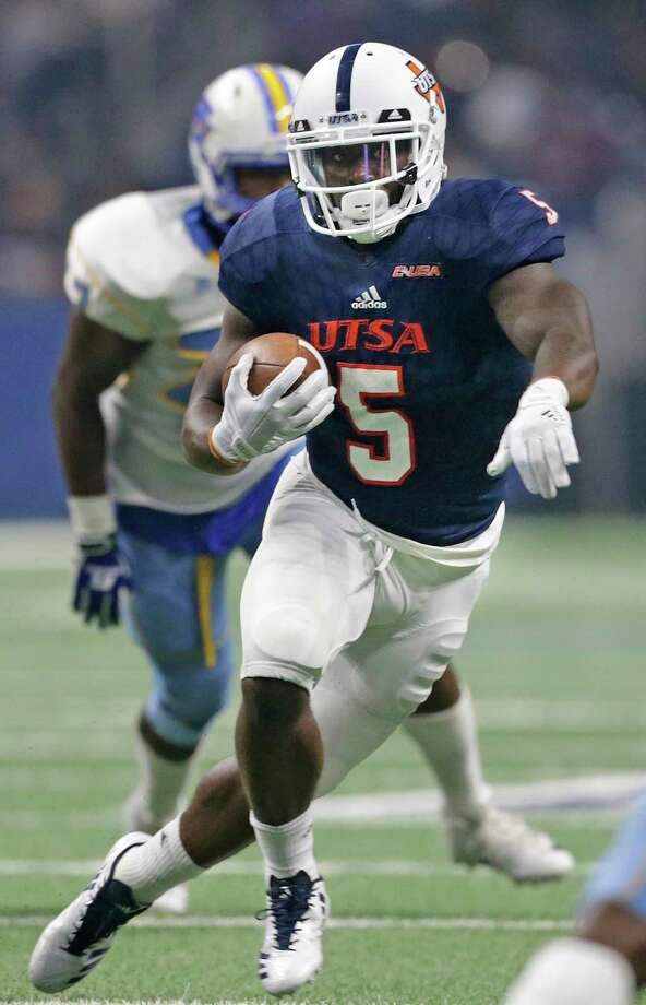 Runner running back Jalen Rhodes pivots near the end zone as UTSA  hosts Southern at the Alamodome on September 16, 2017. Photo: Tom Reel, San Antonio Express-News / 2017 SAN ANTONIO EXPRESS-NEWS
