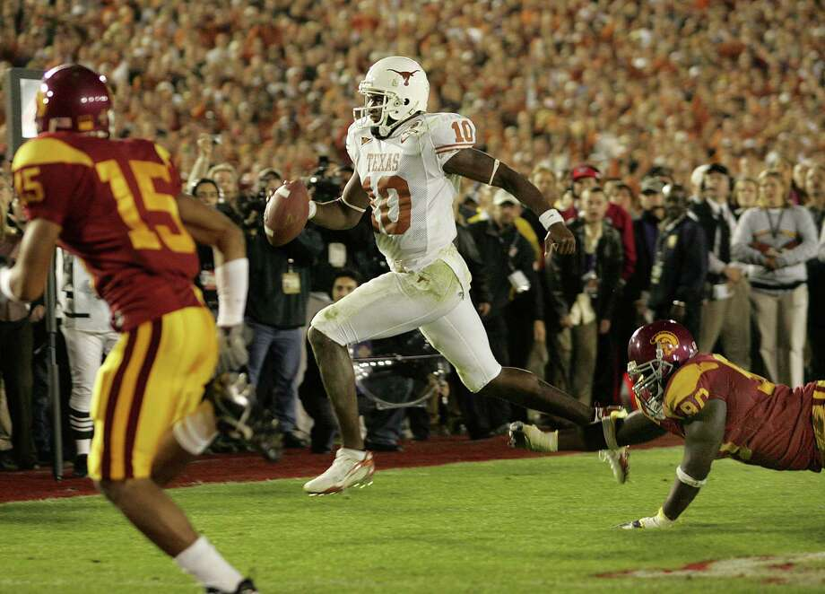 University of Texas quarterback Vince Young heads for the goal line to score the winning touchdown late in the 4th quarter as No. 2 Texas beat No. 1 USC 41-38, Wednesday, Jan. 4, 2006 in the Rose Bowl in Pasadena, Calif. (Ron Jenkins/Fort Worth Star-Telegram/TNS) Photo: Ron Jenkins, MBR / Fort Worth Star-Telegram