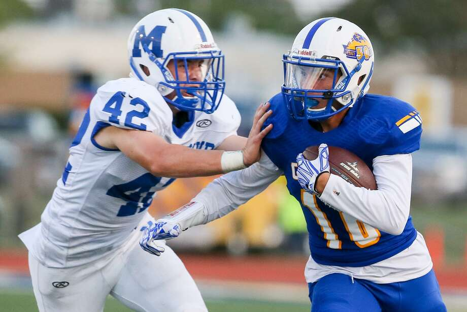 Clemens' Christopher Bostian (right) looks for a way around MacArthur linebacker Jace Jung during the first half at Lehnhoff Stadium on Sept. 8, 2017. Photo: Marvin Pfeiffer /San Antonio Express-News / Express-News 2017
