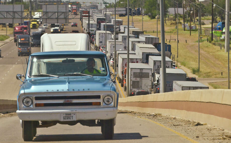 Drivers exit on the Mines Road ramp to Bob Bullock Loop as traffic begins to build up heading North on Mines Road on Thursday as time gets closer to the rush hour. Photo: Danny Zaragoza/Laredo Morning Times