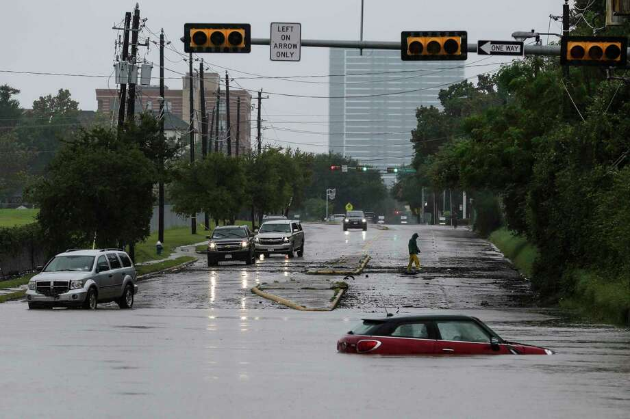 A car sits stranded in high water at Studemont Drive and Allen Parkway as Buffalo Bayou overflows its banks. The following maps show what Harvey's impact would look like in other U.S. states. Photo: Michael Ciaglo, Staff / Michael Ciaglo