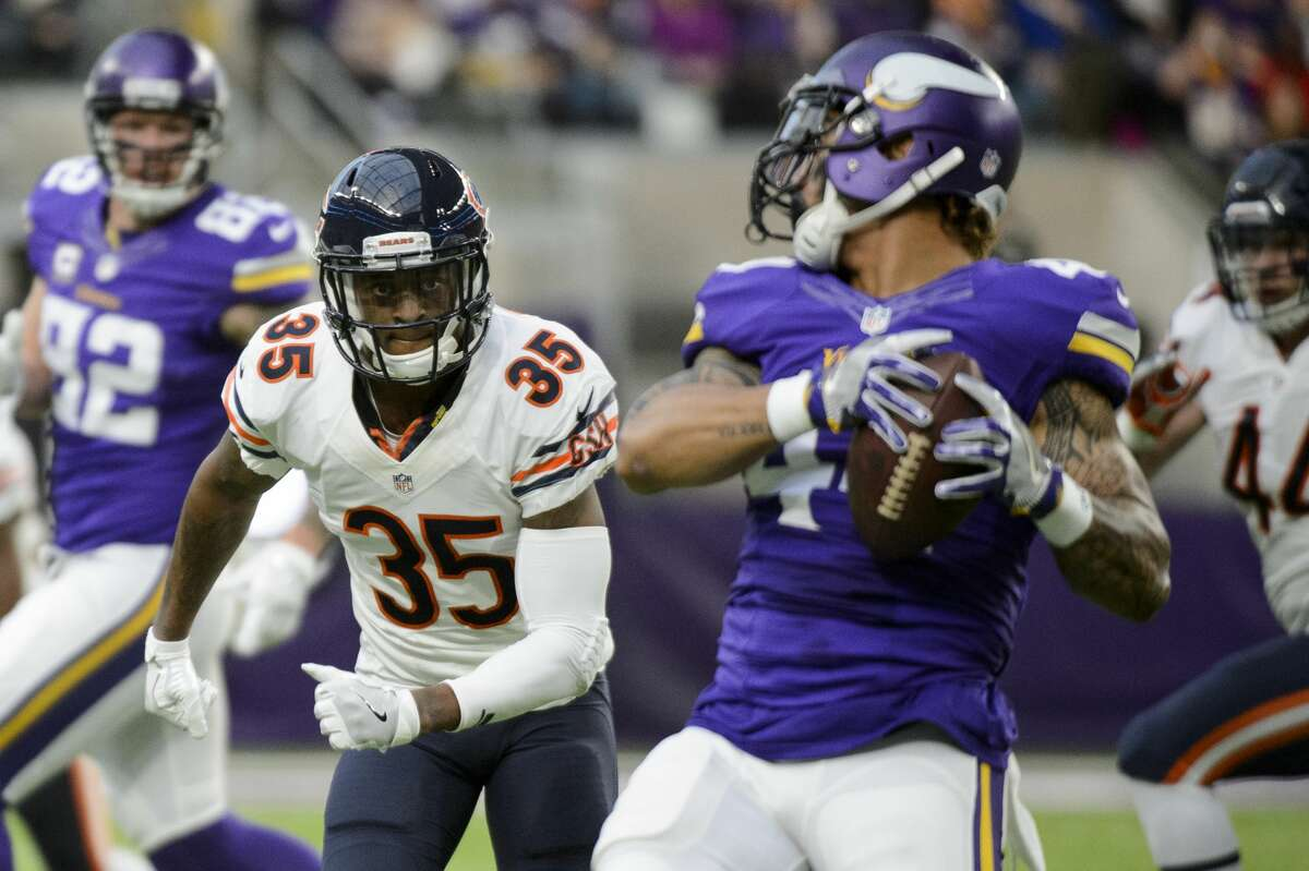 MINNEAPOLIS, MN - JANUARY 01: Johnthan Banks #35 of the Chicago Bears watches as Matt Asiata #44 of the Minnesota Vikings catches the ball during the game on January 1, 2017 at US Bank Stadium in Minneapolis, Minnesota. (Photo by Hannah Foslien/Getty Images)