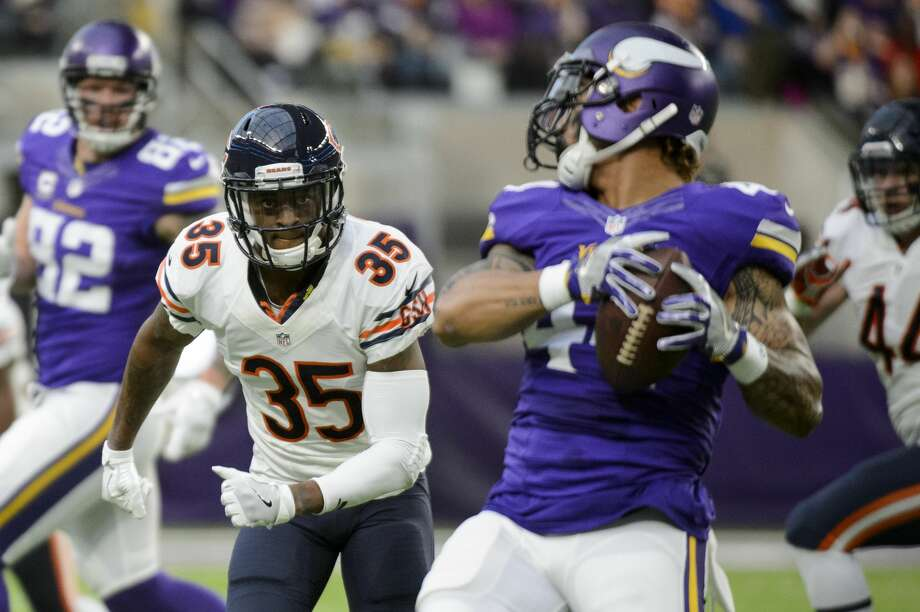 MINNEAPOLIS, MN - JANUARY 01: Johnthan Banks #35 of the Chicago Bears watches as Matt Asiata #44 of the Minnesota Vikings catches the ball during the game on January 1, 2017 at US Bank Stadium in Minneapolis, Minnesota. (Photo by Hannah Foslien/Getty Images) Photo: Hannah Foslien/Getty Images